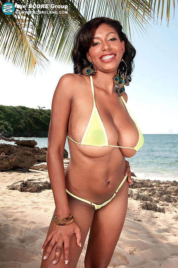 Chica enjoys naked on beach scoreland.com